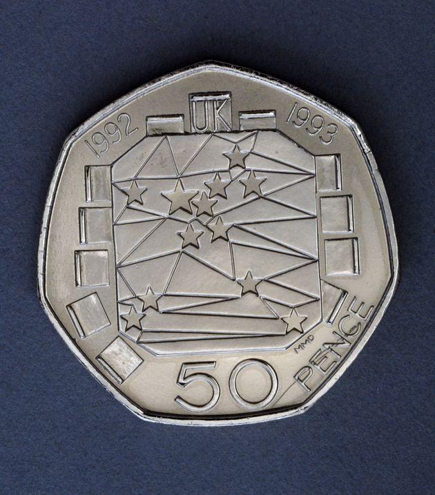 1992~1993년에 발행된 영국 50펜스 주화. 영국의 EU 각료이사회 의장국 취임과 유럽 단일시장 편입 완성을 기념해 제작됐다. 서로 연결된 12개의 별이 새겨진 테이블과 12개의...