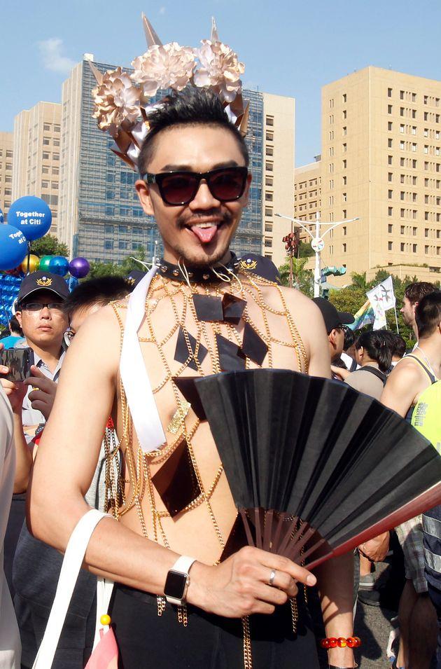 기념비적 투표를 앞두고 대만 게이 프라이드 행사에 수만 명이