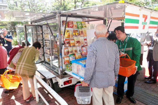 일본 편의점 업체는 고령자를 위한 이동식 편의점을