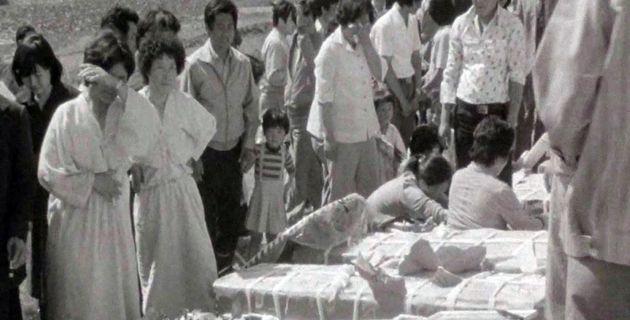 1980년 5월 광주민주화운동 희생자 유가족들이 오열하는 모습.(5‧18민주화운동기록관 제공영상