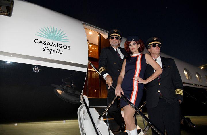 Η Σίντι Κρόφορντ ανάμεσα στον Τζόρτζ Κλούνι και τον σύζυγό της, οικοδεσπότες του Casamigos Tequila Party.