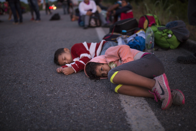Δεύτερο καραβάνι μεταναστών στο Μεξικό. Νεκρός σε συγκρούσεις με την αστυνομία ενώ οι Τραμπ στέλνει