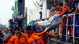 Rescue workers of crashed Lion Air flight JT610 carry a bag of debris off a boat at Tanjung Priok port in Jakarta, Indonesia, October 30, 2018. REUTERS/Edgar Su
