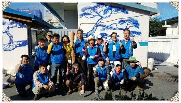 13년째 김해를 중심으로 소외 가정의 집수리 봉사를 하고 있는 '뜨락나누리봉사회'의 모습. 박영애 씨는 뒷줄 오른쪽에서 두