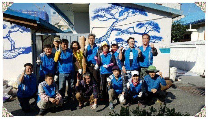 13년째 김해를 중심으로 소외 가정의 집수리 봉사를 하고 있는 '뜨락나누리봉사회'의 모습. 박영애 씨는 뒷줄 오른쪽에서 두 번째.