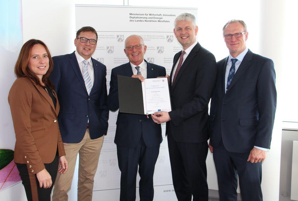 Bürgermeister Heinz Reker (Mitte) und Bauamtsleiter Gregor Günnewich (rechts) nehmen die Förderzusage...