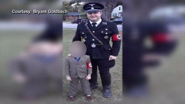 Πατέρας έντυσε τον γιο του Χίτλερ. Αλλά αυτός ντύθηκε κάτι χειρότερο