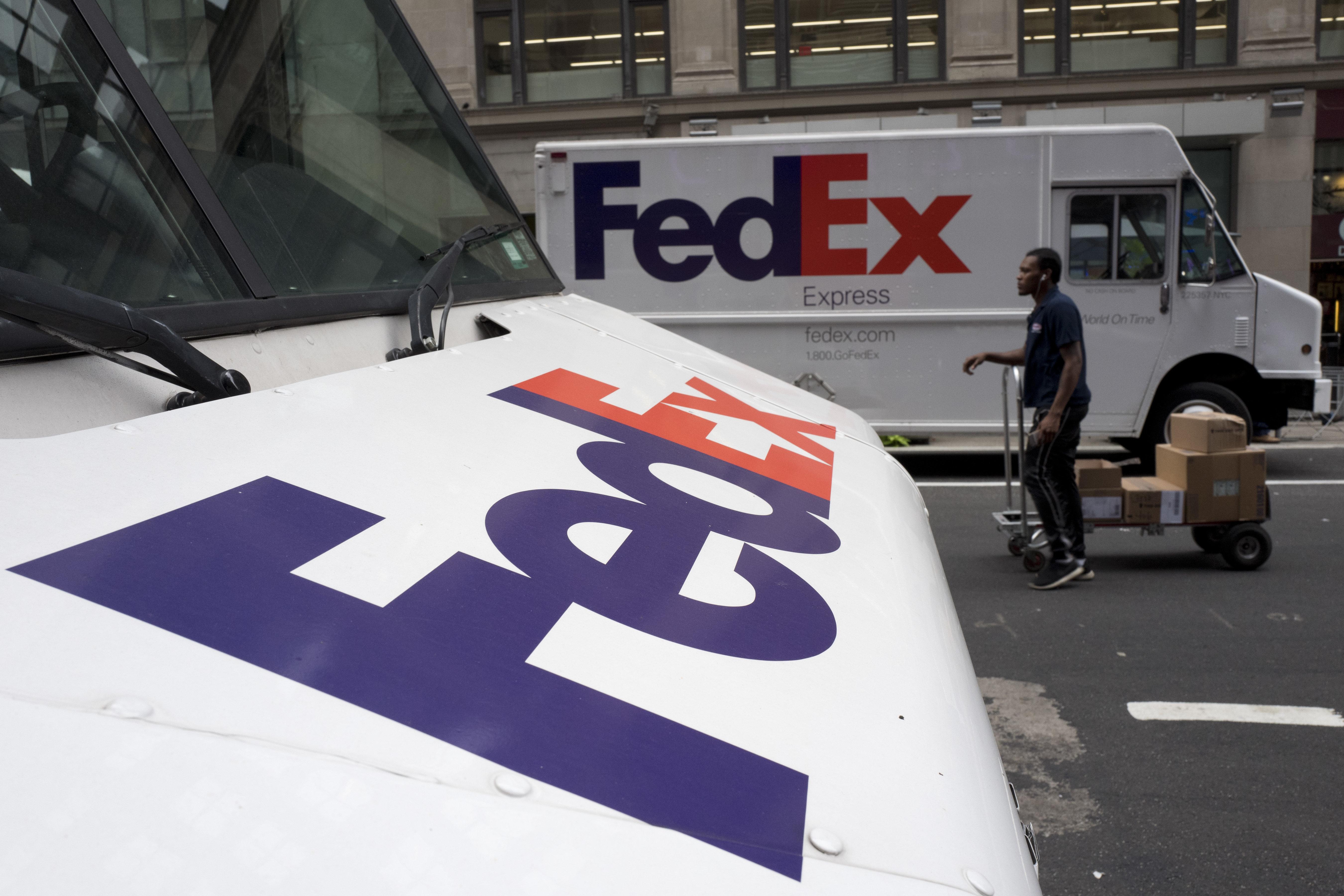 Camionetas de FedEx estacionadas en Nueva York, el 22 de agosto de 2017. (AP Photo/Mark Lennihan, File)