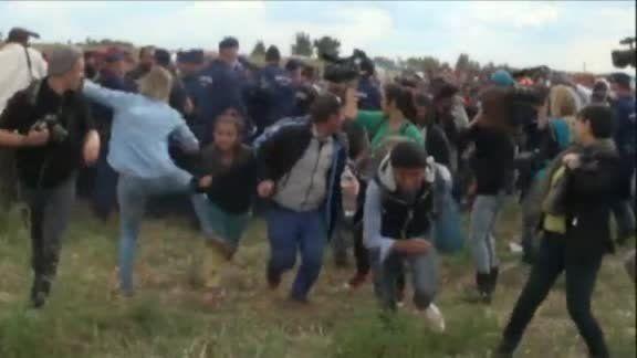 Αθωώθηκε η φωτογράφος που κλωτσούσε μετανάστες στα σύνορα με τη