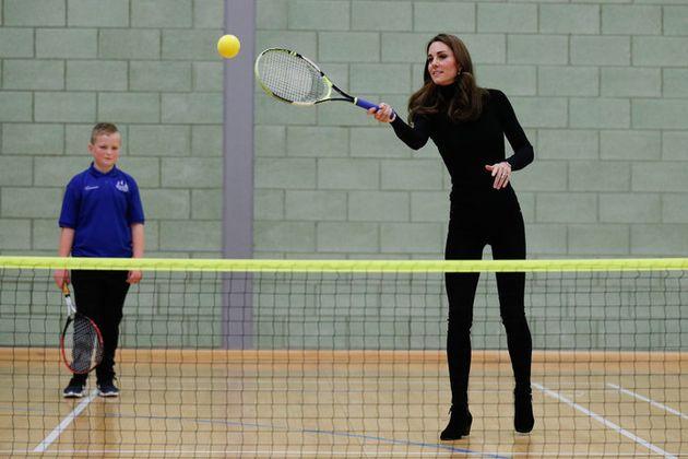 제임스 본드를 연상케 하는 차림을 한 케이트 미들턴이 '코치 코어' 소년들과 테니스를 치고