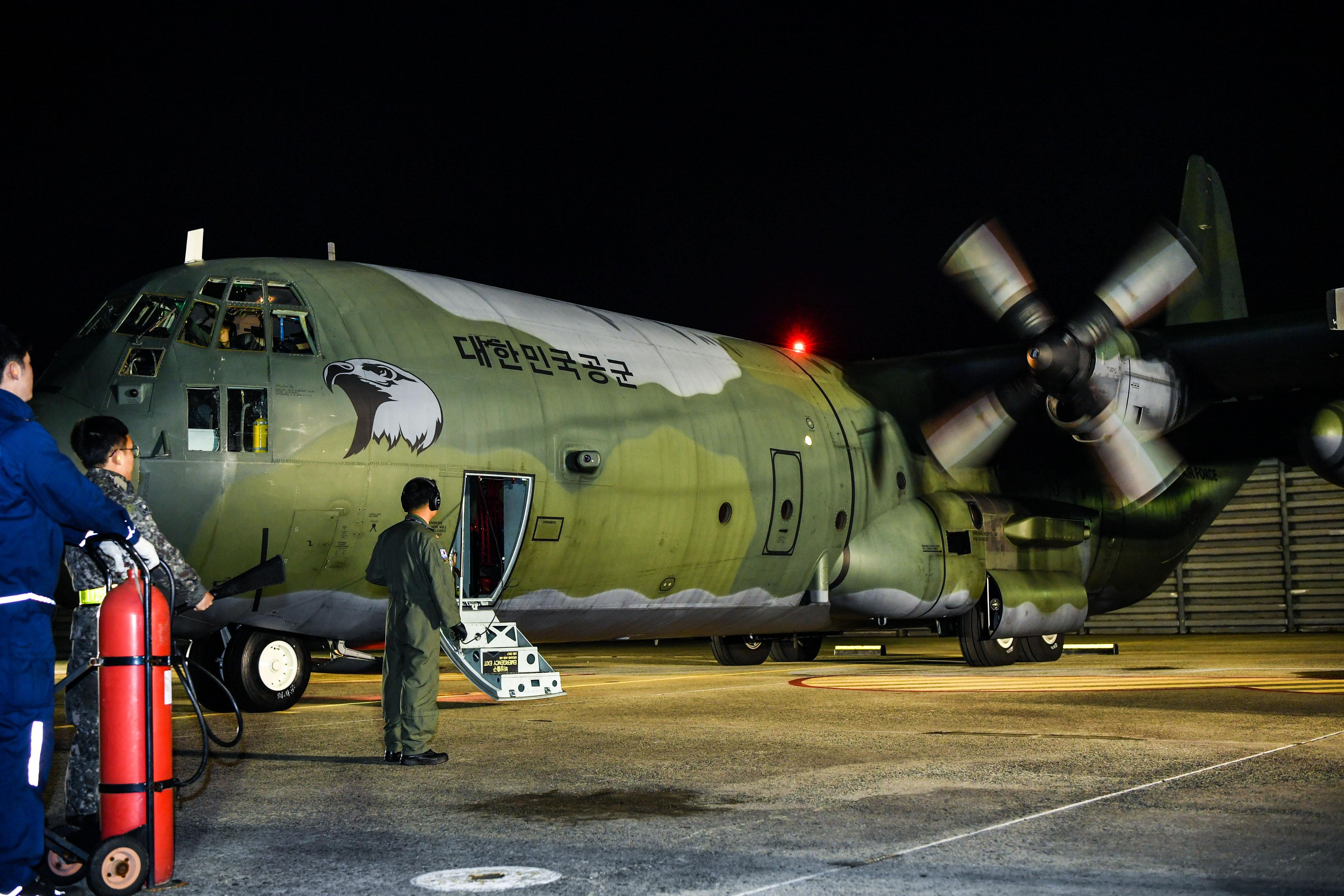 지난 27일 새벽 부산 김해국제공항에서 군 수송기가 태풍 '위투'로 사이판에서 발이 묶인 교민 및 관광객 긴급 수송을 위해 이륙을 준비하고 있다.