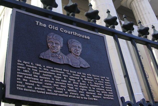 미국 미주리주 세인트루이스 시내에 위치한 옛 법원 청사 건물에 드레드 스콧 부부 판결 관련 명판이 붙어있는 모습.