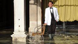 Πελάτες εστιατορίου στη Βενετία τρώνε ατάραχοι την πίτσα τους σε πλημμυρισμένο εστιατόριο και γίνονται