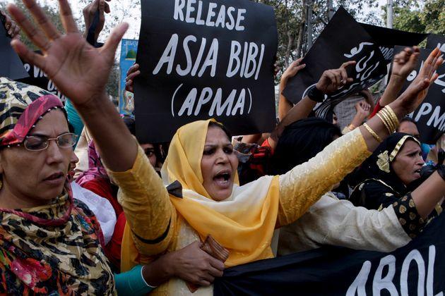 아시아 비비의 석방을 외치는 시위대들.