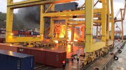 Πυρκαγιά στο λιμάνι της Βαρκελώνης όταν πλοίο προσέκρουσε σε γερανό