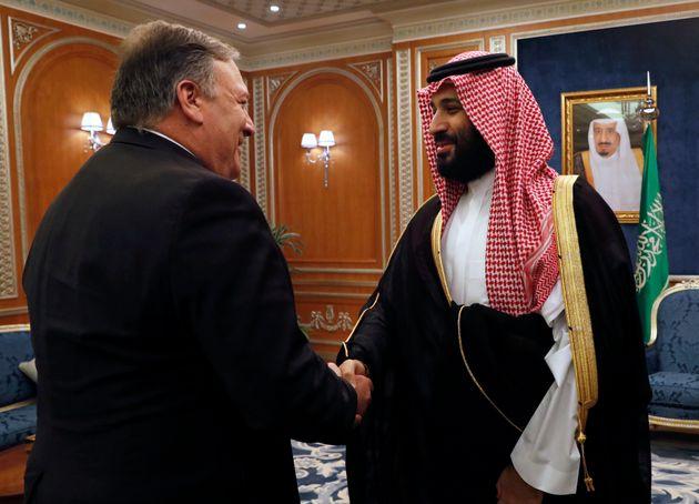 사진은 '카쇼기 사건'을 논의하기 위해 사우디아라비아를 방문했던 마이크 폼페이오 국무장관이 무함마드 빈 살만 왕세자를 만나 악수하는 모습. 2018년