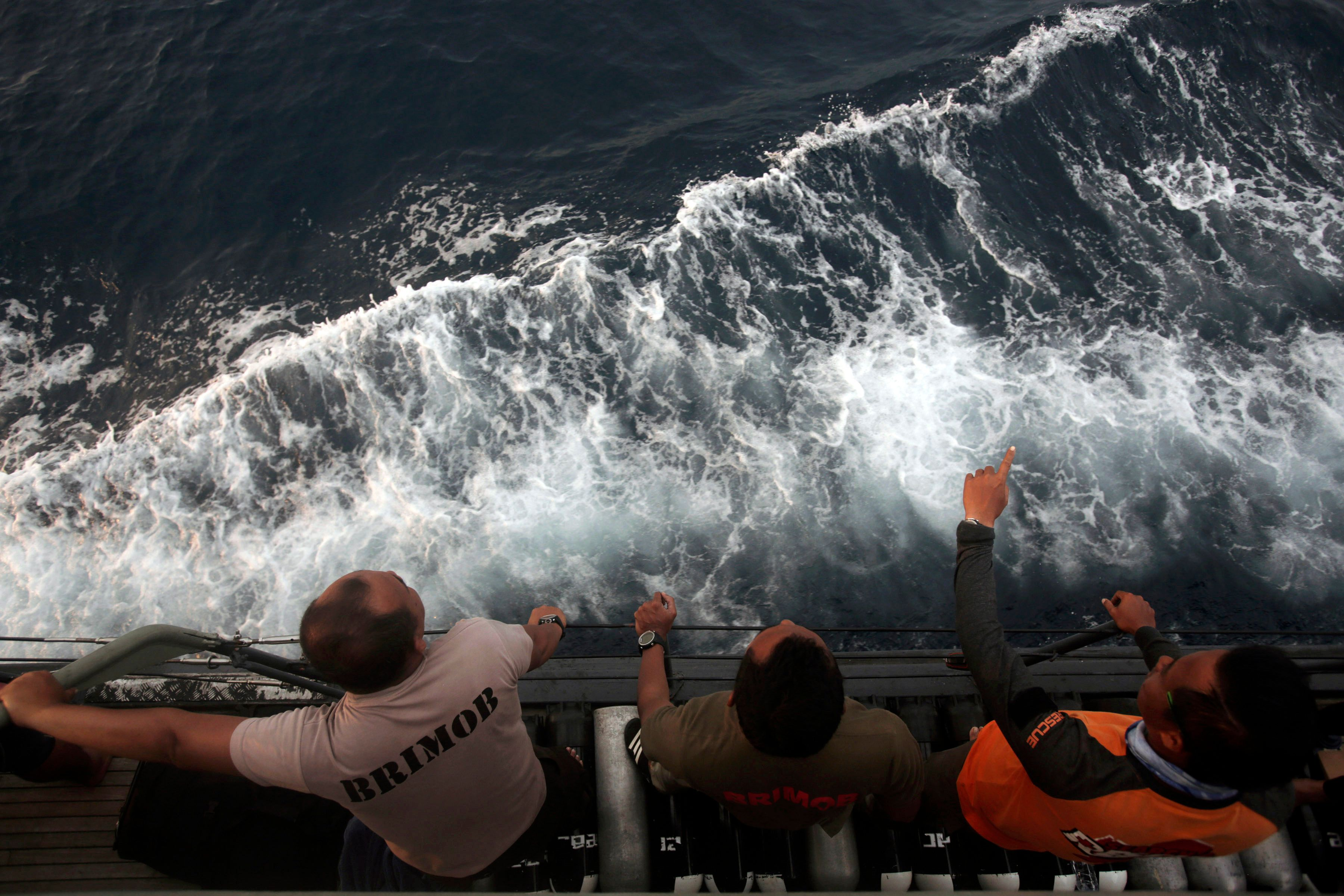Divers Recover Lion Air Plane's Flight Recorder At The Bottom Of The Sea