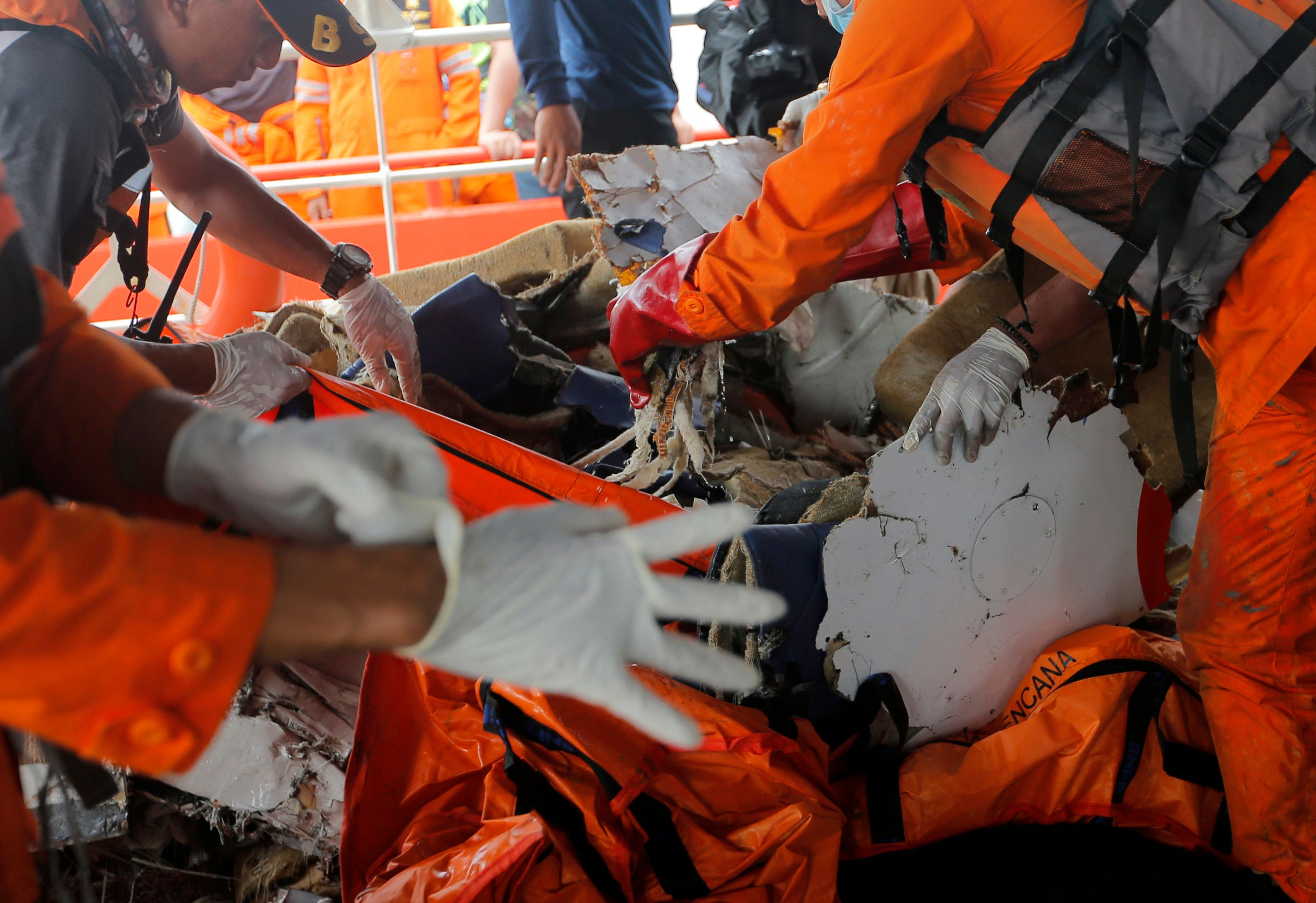 Ανασύρθηκε τη θάλασσα το ένα από τα μαύρα κουτιά του αεροσκάφους της Lion Air που κατέπεσε στην
