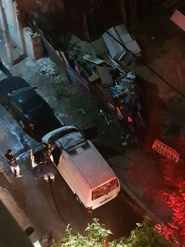 ΦΩΤΟ: Το φλεγόμενο βαν των εκτελεστών του Πειραιά - «Άκουσα ένα μπαμ», λέει