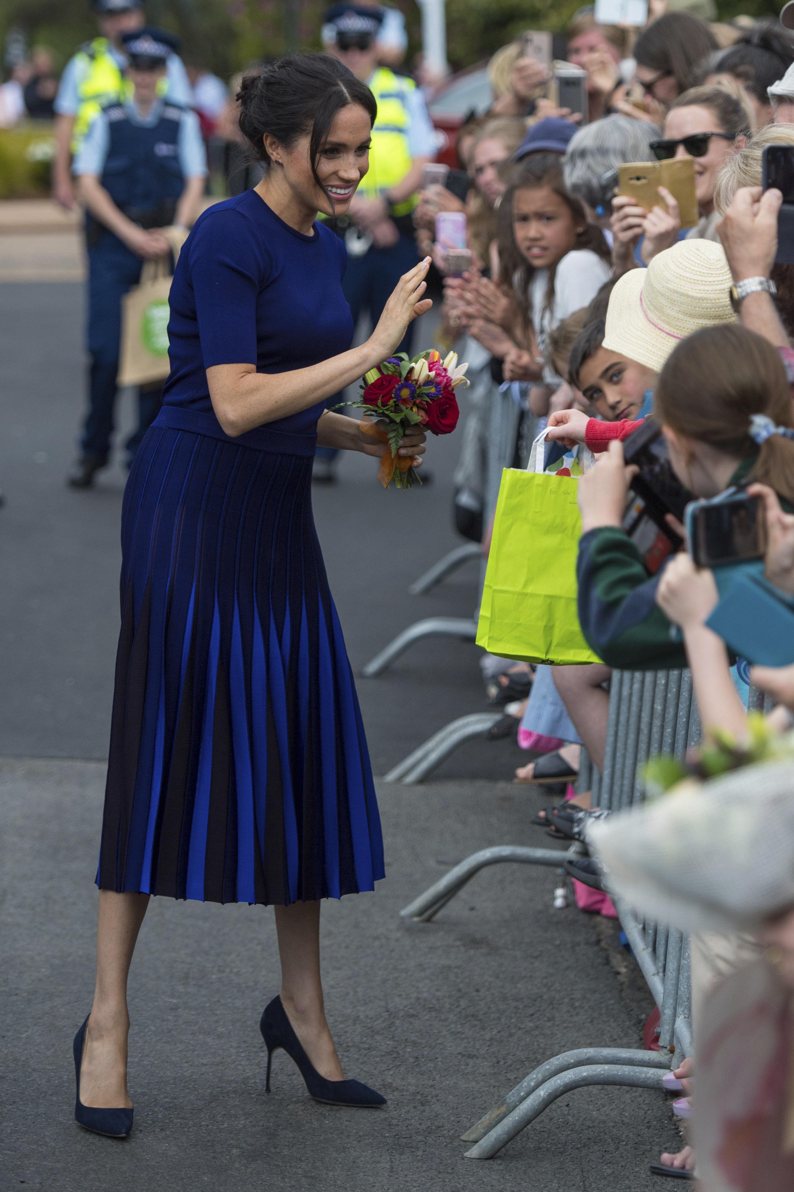Royals: Herzogin Meghan trägt blauen Rock und zeigt mehr, als ihr lieb