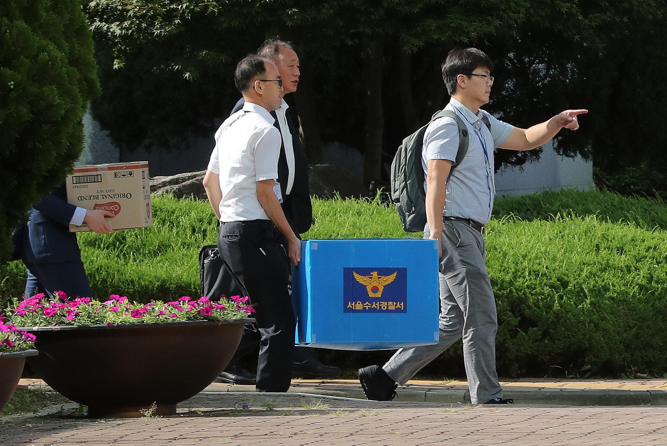 경찰이 '시험유출' 숙명여고 교사의 구속영장을