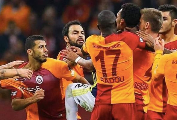 La rencontre entre Fenerbahçe et Galatasaray se termine en bagarre générale sur le