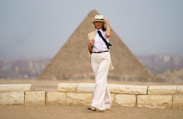 Melania Trump devant les pyramides et le Sphinx à Gizeh en Égypte le 6 octobre