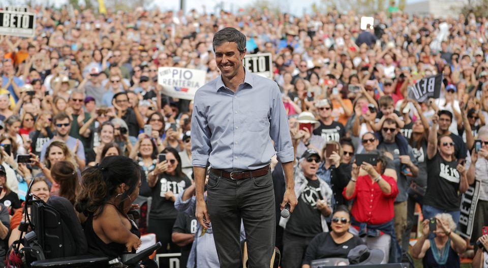 텍사스주에서 현역 공화당 상원의원 테크 크루즈에 도전하고 있는 민주당 베토 오루크 현 하원의원이 오스틴에서 연설을 위해 무대에 오르고 있다. 2018년