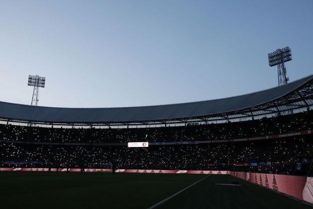Les supporters de Feyenoord tentent de pallier la panne d'éclairage à De