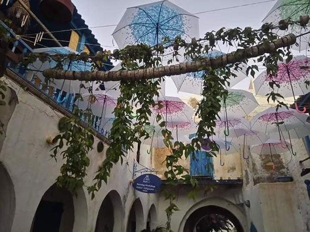 À Djerba, Houmet Essouk se dote de sa rue aux parapluies suspendus