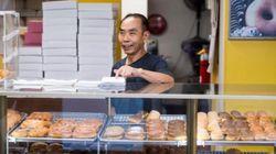 주민들은 도넛 가게 주인이 아픈 아내를 위해 일찍 귀가할 수 있게 도넛을 다