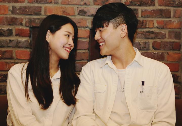 '상상마당 춘천아트센터'에서 오붓한 데이트를 하는 커플.