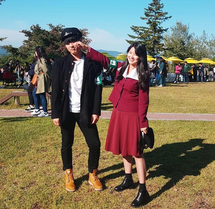 '테이크어픽쳐' 부스에서 대여한 옛날 교복을 입은 커플.