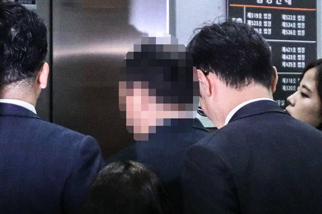 시험문제 유출 혐의를 받는 전 숙명여고 교무부장 A 씨가 6일 오전 서울 서초구 서울중앙지방법원에서 열린 구속 전 피의자심문을 받기 위해 법정으로 향하고