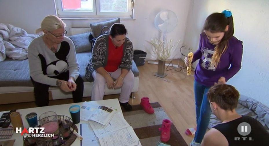 Hartz-IV-Empfängerin hilft armem Mädchen, obwohl die Frau selbst kaum Geld