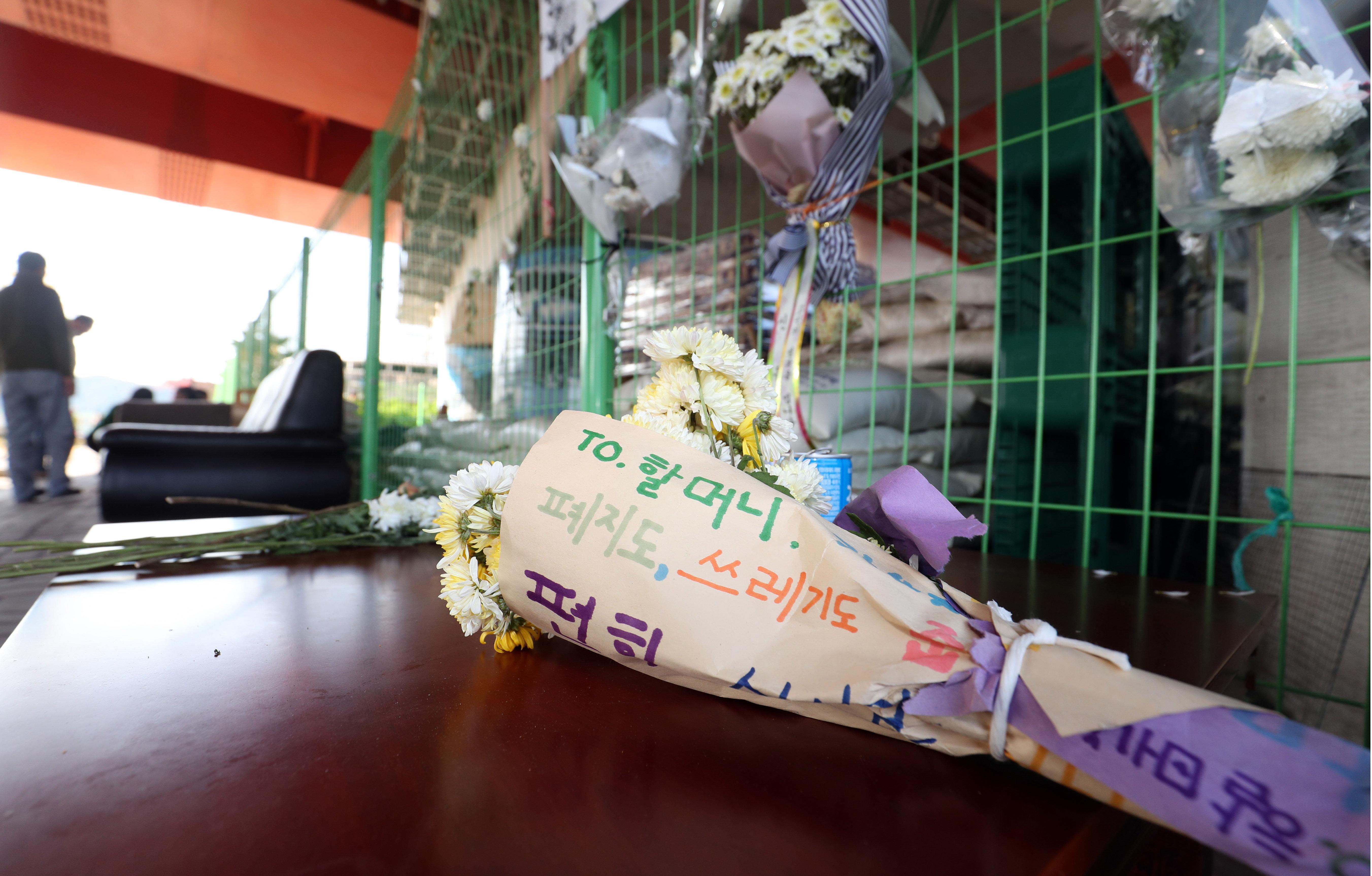 '거제 살인사건' 현장 인근에마련된 추모공간에 놓인 추모 편지와