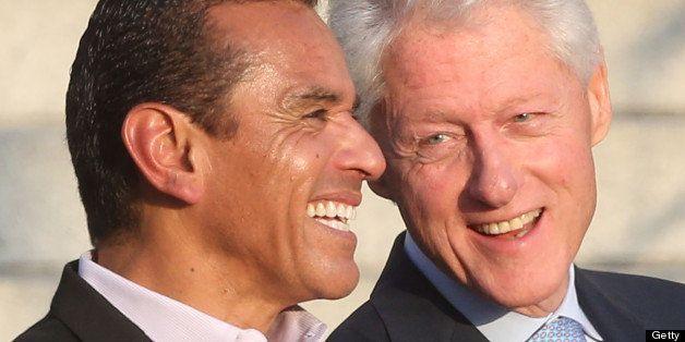 LOS ANGELES, CA - JUNE 07: Los Angeles Mayor Antonio Villaraigosa (L) and former President Bill Clinton Pays Tribute to Mayor
