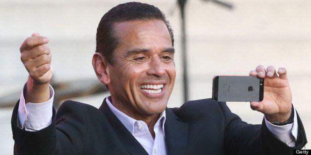 LOS ANGELES, CA - JUNE 07: Los Angeles Mayor Antonio Villaraigosa takes pictures with his camera during President Bill Clinto