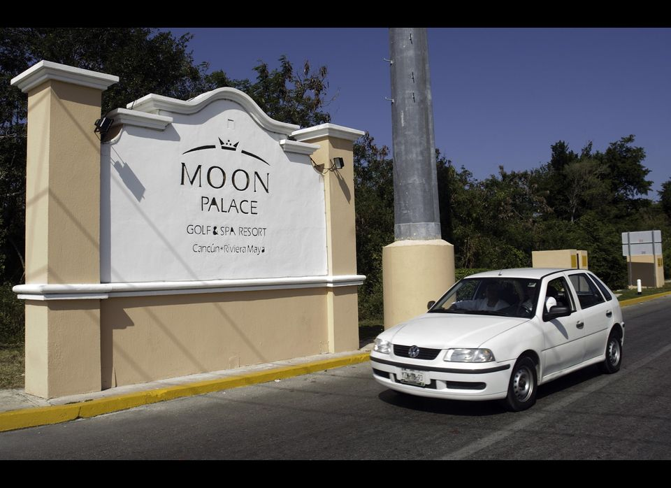 The front of the hotel where the body of Monica Beresford-Redman was found, in Cancun, Mexico on April 9, 2010. (JOSE DOMINGU