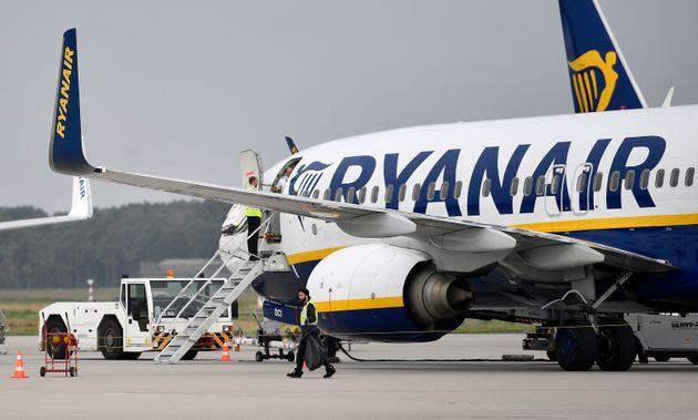 Απολύθηκαν τα έξι μέλη πληρώματος της Ryanair που φωτογραφήθηκαν να κοιμούνται στο πάτωμα