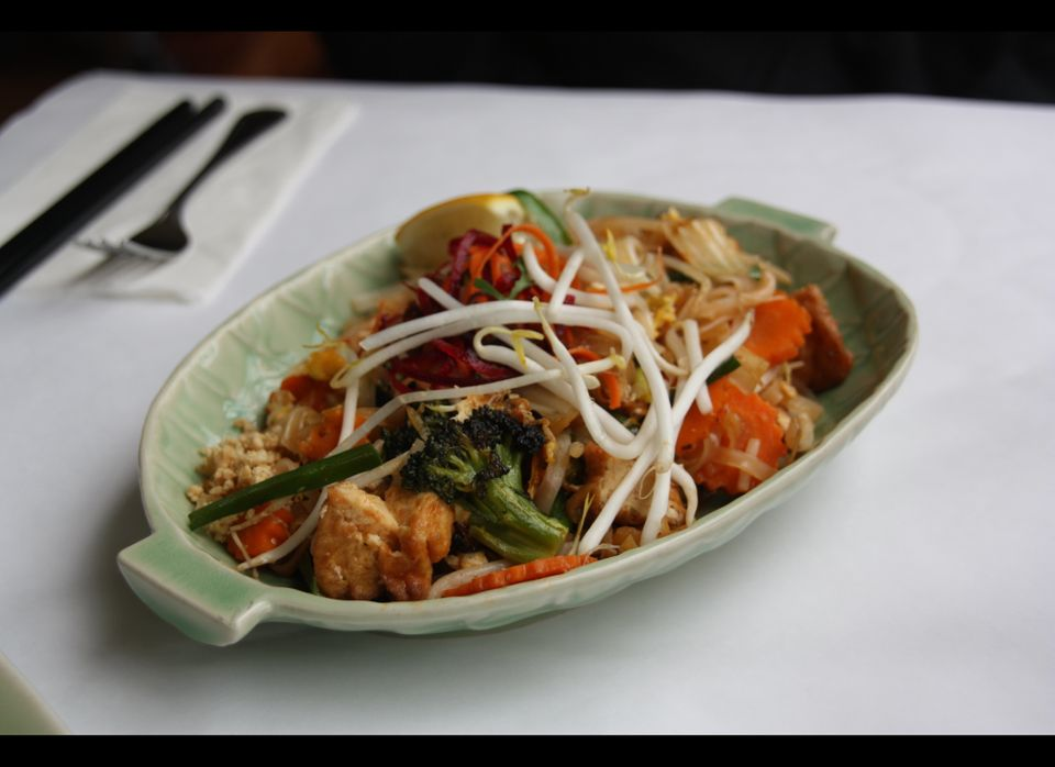 "<a href=""http://broccoliandchocolate.com/"" target=""_hplink"">Angie Sommer</a>, Broccoli and Chocolate: ""The Bangkok Pad Thai f"