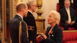기사작위 행사에서 윌리엄 왕자에게 키스하려 한 엠마 톰슨에게 돌아온