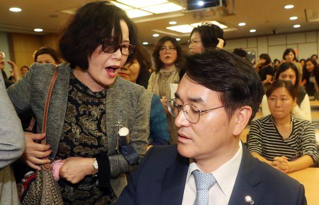 박용진 더불어민주당 의원이 지난 10월5일 서울 여의도 국회 의원회관에서 열린 유치원 비리 근절을 위한 정책 토론회에서 토론회 개최를 반대하는 사립유치원 관계자들과 대화를 하고