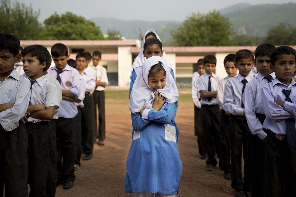 Mädchen und Jungen stellen sich für das Singen der Nationalhymne