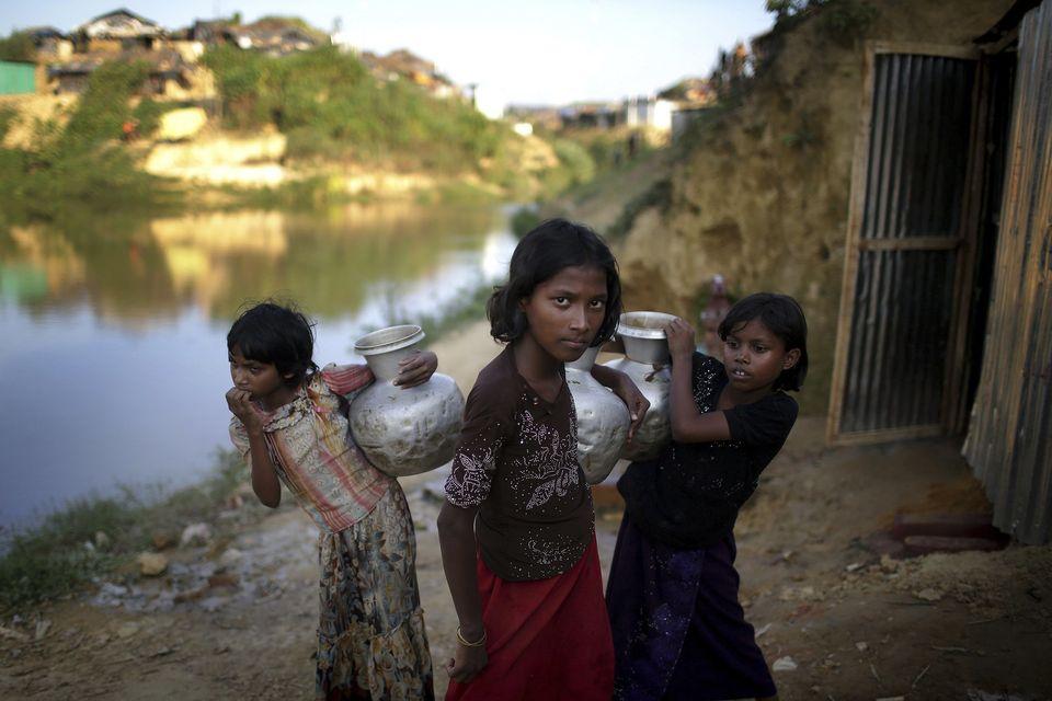Mädchen tragen Wasser in einem