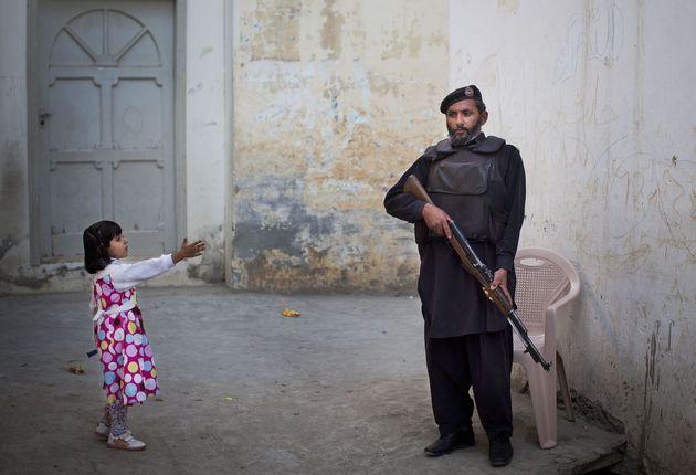 Ein kleines Mädchen begrüßt einen Soldaten in