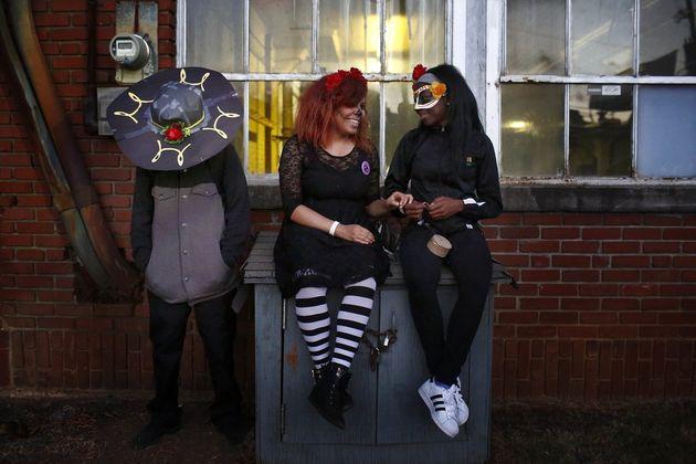 Drei Freundinnen feiern den Tag der Toten in
