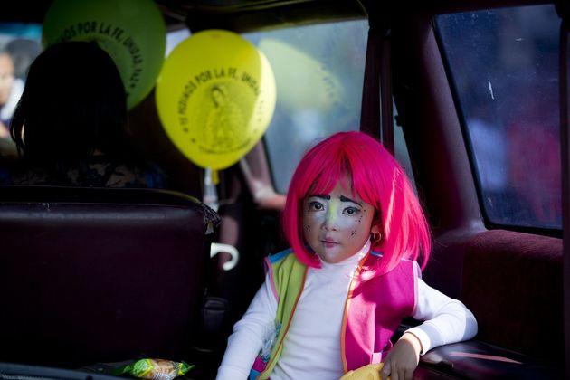 Ein Mädchen hat sich verkleidet, um Mexikos Schutzpatronin zu