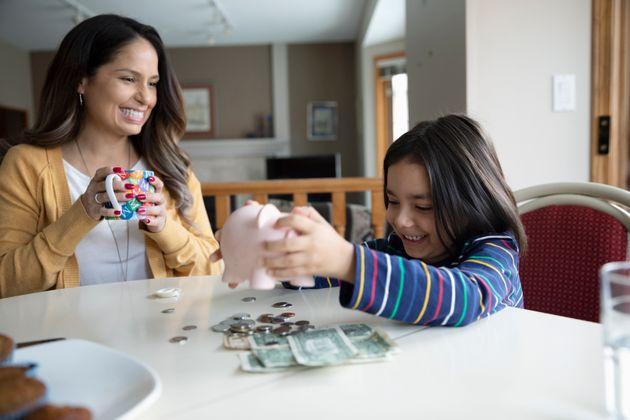 Eltern sollten mit ihren Kindern offen über das Thema Geld sprechen