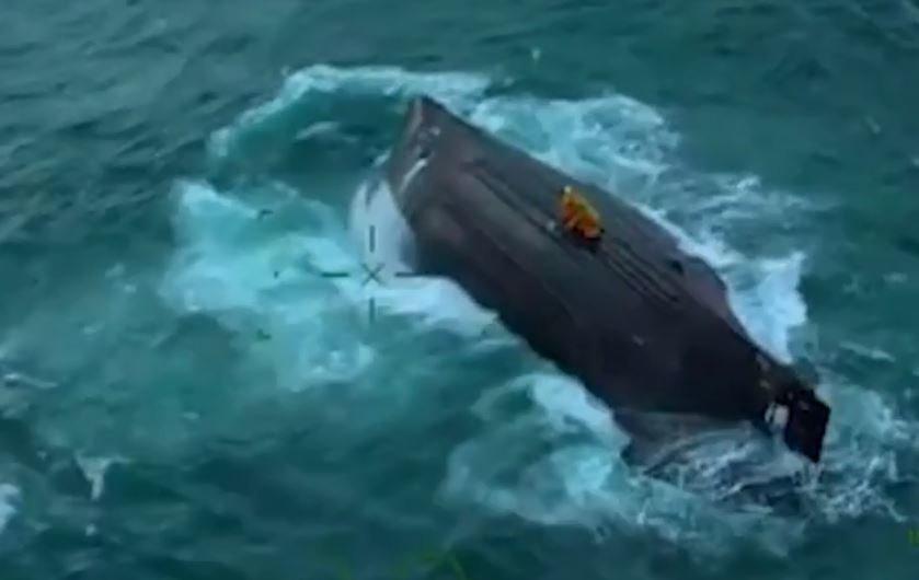 Δραματική διάσωση 4 ψαράδων από αέρος, αφότου το καΐκι τους ανατράπηκε